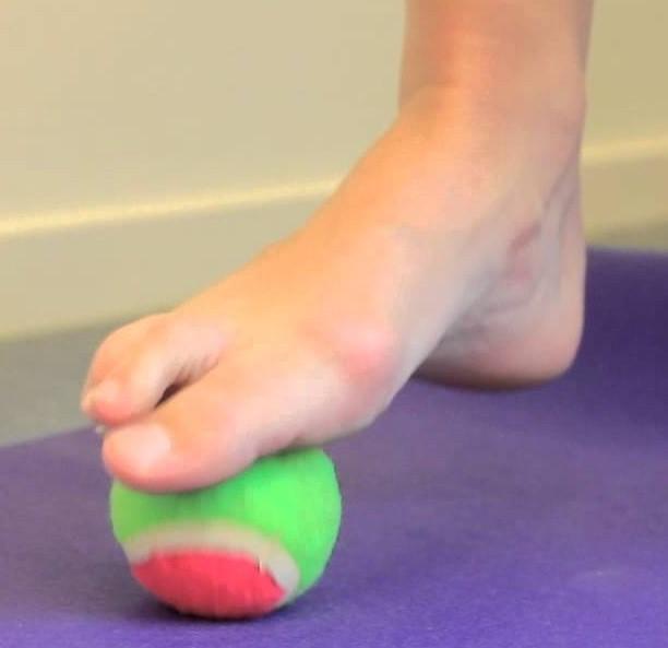 tennisbal onder voet